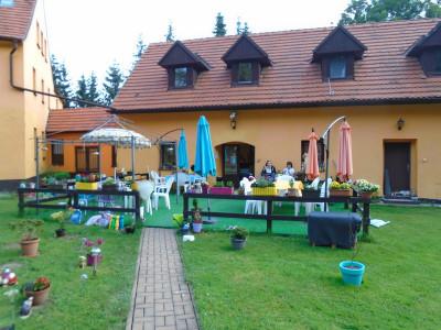 Exteriér domova - posezení na zahradě